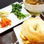ベーグルサンドと野菜カレースープ